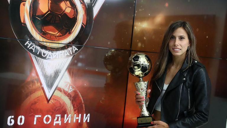 Евдокия Попадинова получи наградата си за номер 1 на България в женския футбол