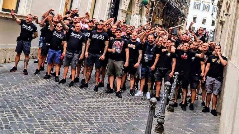 Червен легион марширува по улиците на Вечния град