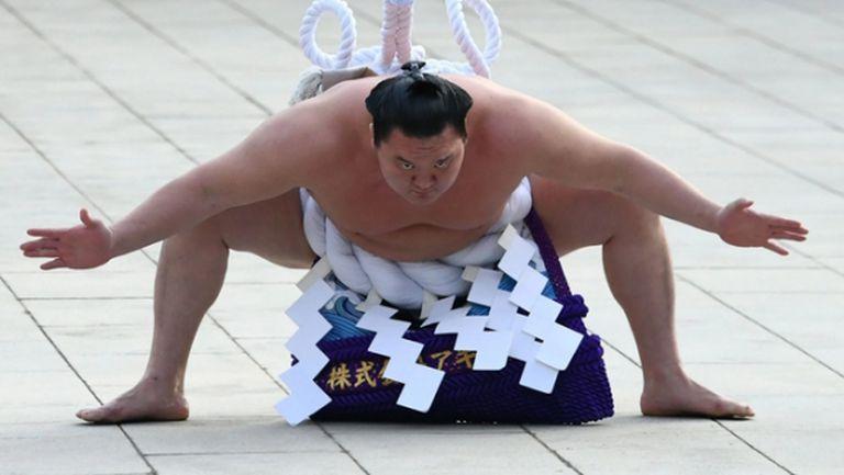 Великият шампион Хакухо пропуска турнир заради положителен тест
