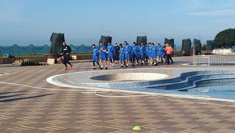 Футболистите на Арда въртят обиколки около басейн