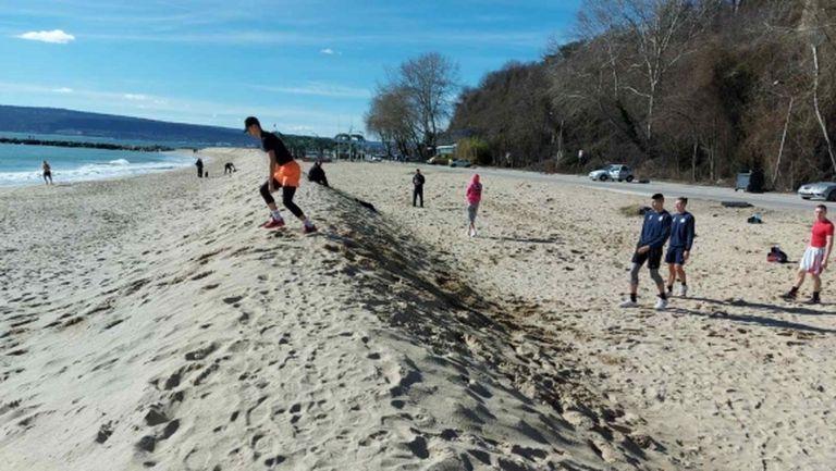 Нестандартна тренировка на Черно море събра погледите на плажа (видео)