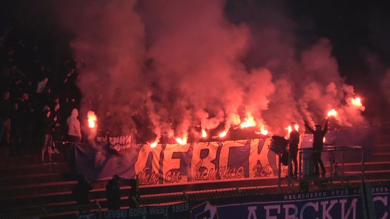Факли и радост след изравнителния гол на Левски