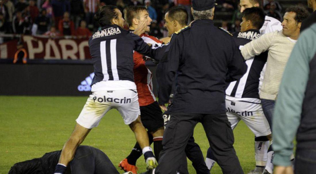 Още една обикновена контрола в Аржентина с бой и червени картони (видео)