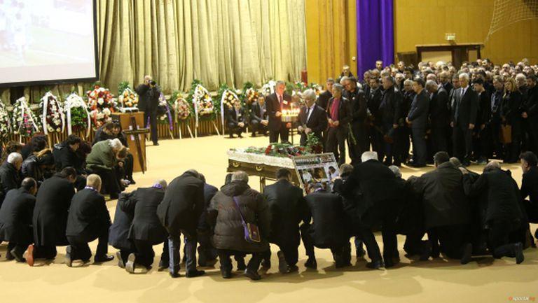 България се сбогува и плаче за своя герой (видео)
