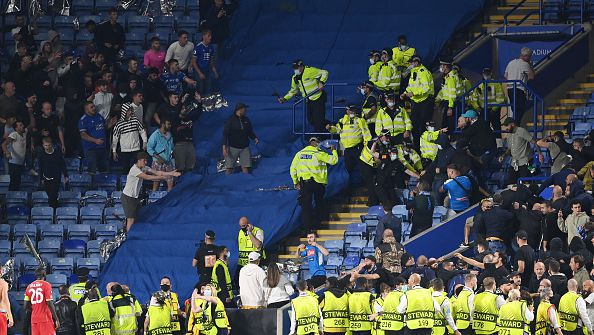Феновете на Лестър и Наполи се сбиха около и в стадиона