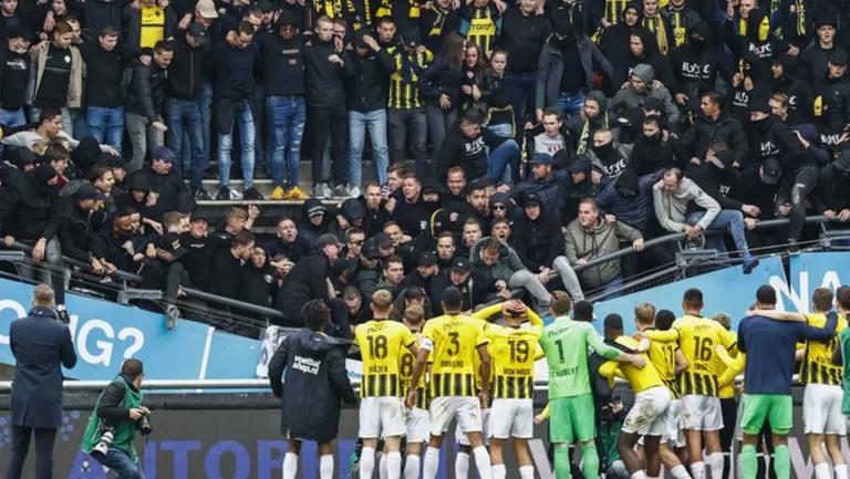 Срути се трибуна с фенове на стадион в Нидерландия