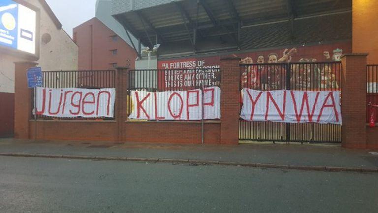 """Банер в подкрепа на Клоп се появи на """"Анфийлд"""""""