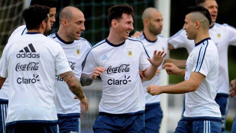 Меси отново се усмихва с фланелката на Аржентина