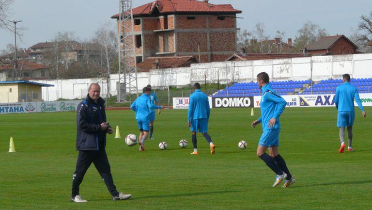 Кокала едва събра 18 играчи за мача със Славия