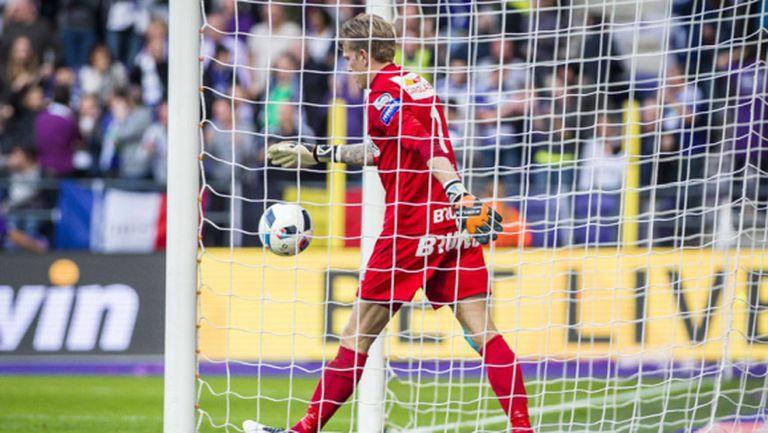 Вратарски автогол донесе важна победа на Андерлехт (видео)