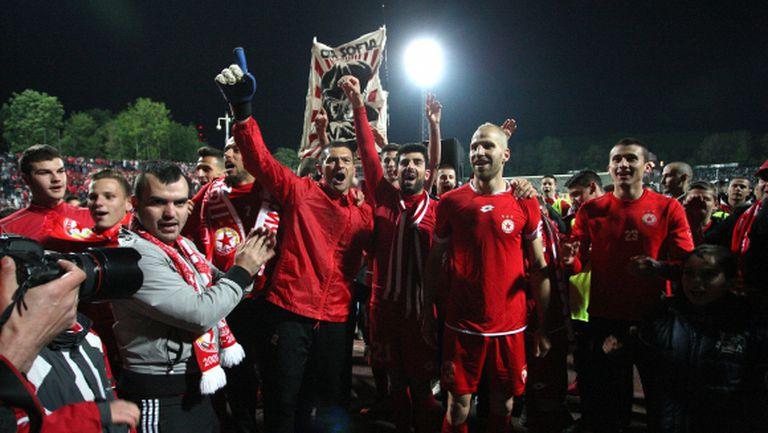 Така футболисти и фенове отпразнуваха победата (видео+снимки)