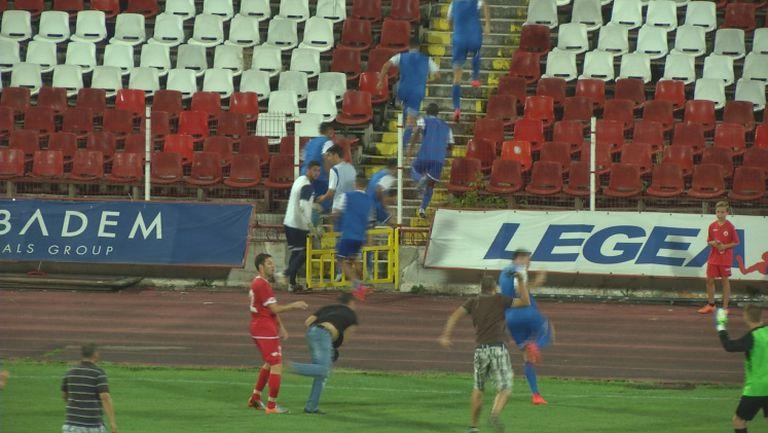 Брутално: Ултрасите на ЦСКА нахлуха на терена и подгониха играчите на Ашдод