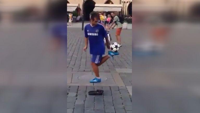 Фен на Челси със завидни умения с топка