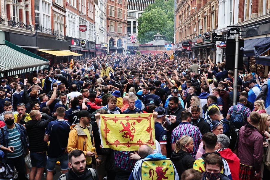 Лудост по лондонските улици преди Англия - Шотландия
