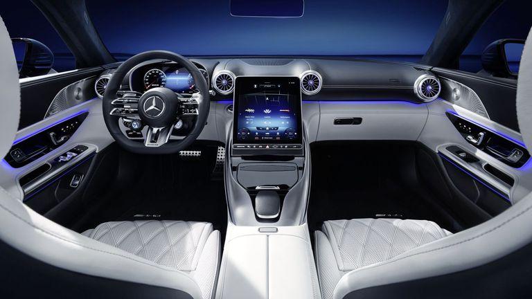 Поглед към интериора на бъдещия Mercedes-AMG SL