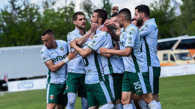 Втора лига на живо: две дузпи за Янтра срещу Нафтата, Спартак (Варна) вече губи в Разград