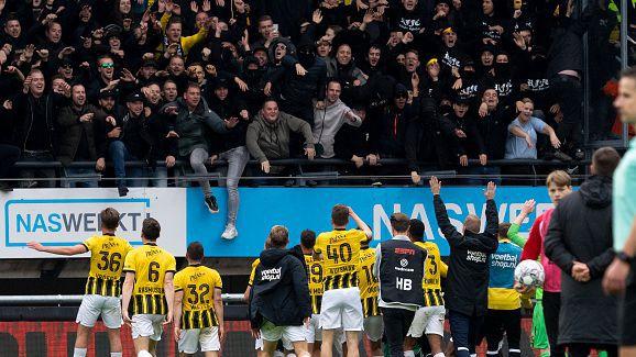 Трибуна с фенове се срути в Нидерландия