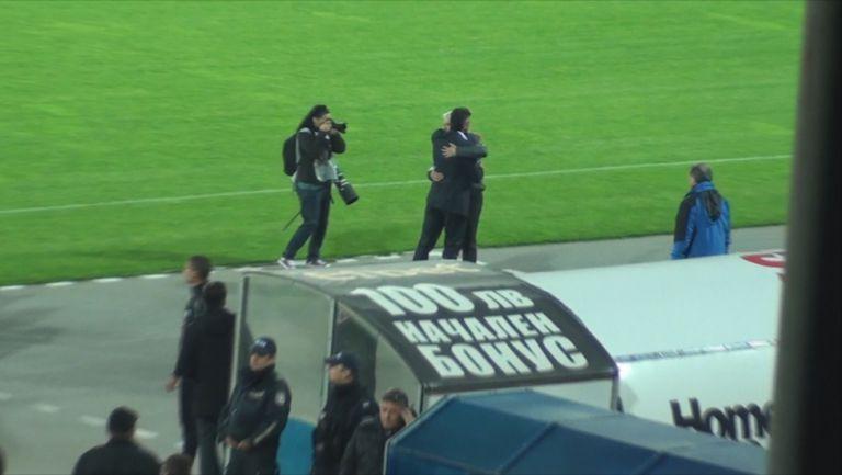 Треньорска прегръдка преди Левски - Лудогорец