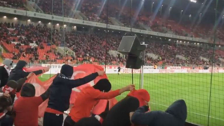 Фенове на Спартак Москва наказаха турски флагове на срещата с Криля Советов