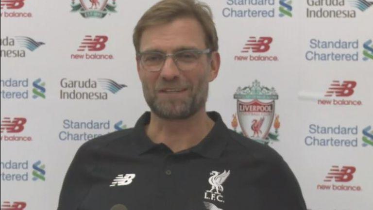 """Клоп изпя """"Честит рожден ден"""" на пресаташето на Ливърпул"""