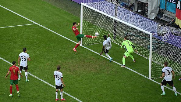 Роналдо върна жеста на Жота и нападателят на Ливърпул вкара втори гол за Португалия