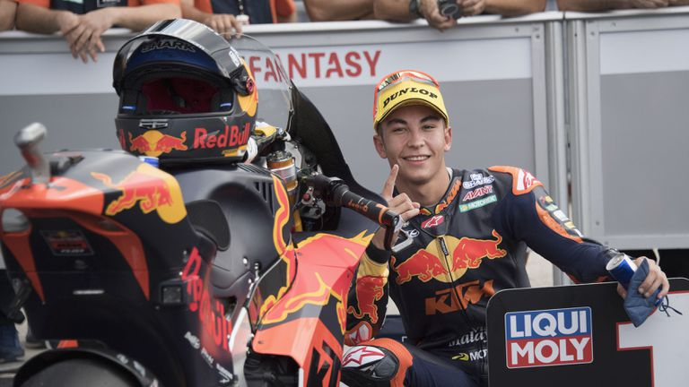 Фернандес оцеля и записа шести успех за сезона в Moto2