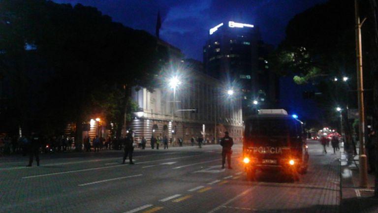 Замеряха с камъни автобуса с националите на Сърбия в Тирана