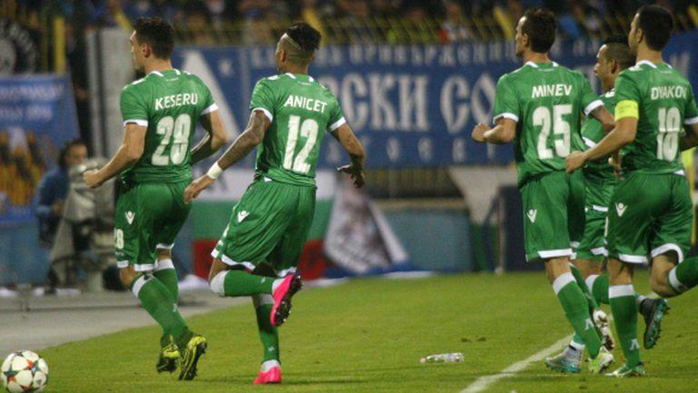 Ераносян в прегръдките на футболистите при гола на Кешеру