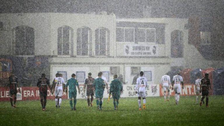 Пороен дъжд прекрати мач за Купата на Лигата във Франция (видео)