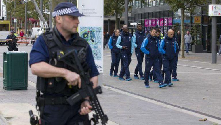"""Полицаи с тежко въоръжение охраняват френските национали на """"Уембли"""" (снимки)"""