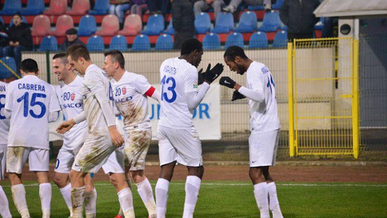 Ботошани не спира да бие, само единият българин игра