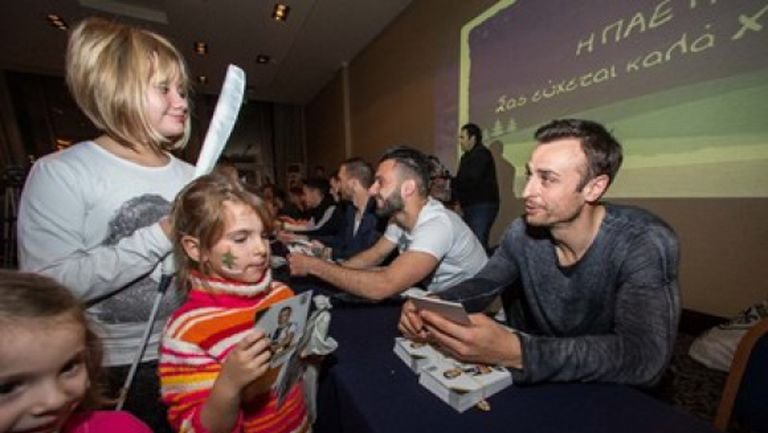 Бербатов и компания зарадваха деца за Коледа