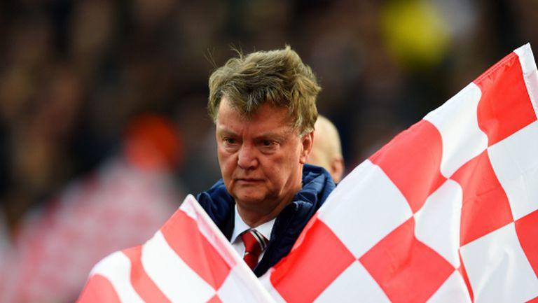 Ван Гаал говори за смела игра срещу Челси, шефовете го молят сам да си тръгне