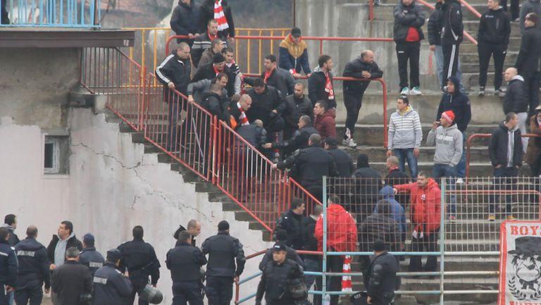 Полицията изнесе фен от сектора на гостите в Дупница