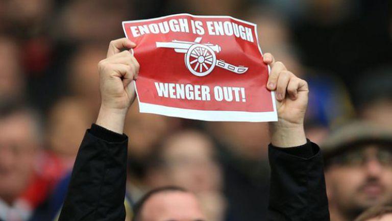 Гневни фенове на Арсенал с мощни освирквания в лицето на Венгер