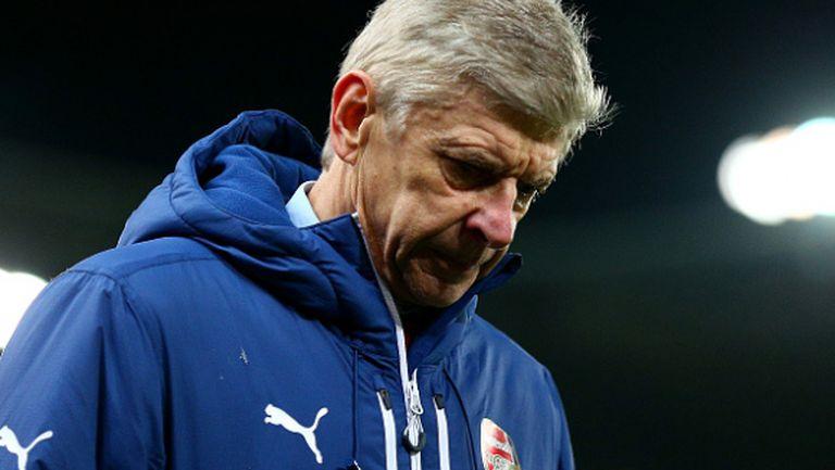 Гневни фенове на Арсенал с мощни освирквания в лицето на Венгер (видео)