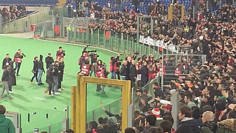 Освирквания и бутилки по играчите на Рома след резила срещу Фиорентина