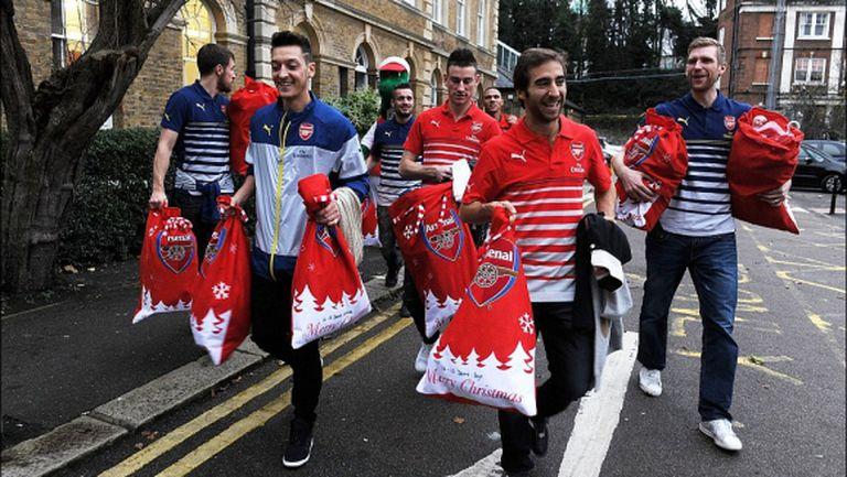 Футболистите на Арсенал като Дядо Коледа (галерия)