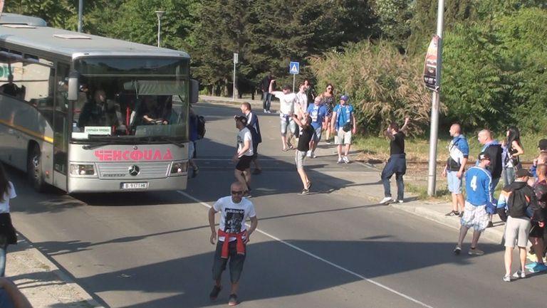 """Напрежение  в близост до стадион """"Лазур"""", феновете на Левски и Черно море се засякоха"""