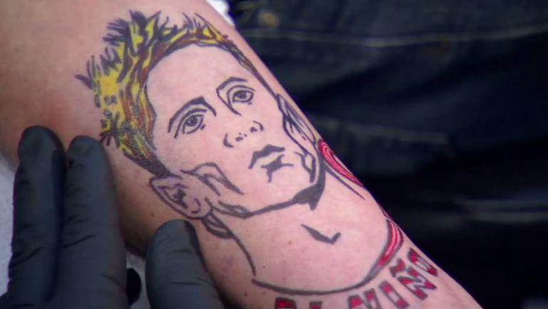 Малшанс: Коментатор трябваше да си татуира Торес след изгубен бас (видео)