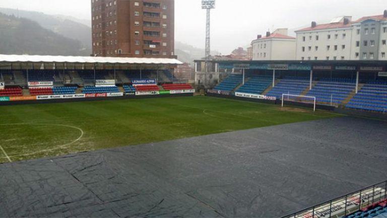 Платно пази от наводнен терен преди мача на Атлетико