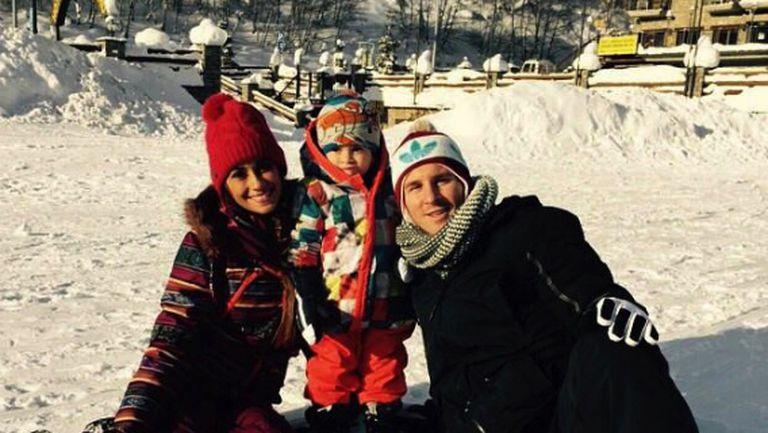 Меси се забавлява в снега (снимка)