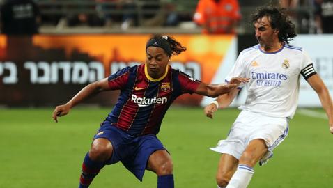 Роналдиньо беше атракцията в шоу на легендите на Барселона и Реал Мадрид (видео)