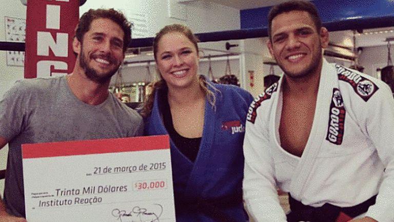 Ронда Раузи подава ръка на нуждаещите се бразилски деца, живеещи във фавелите