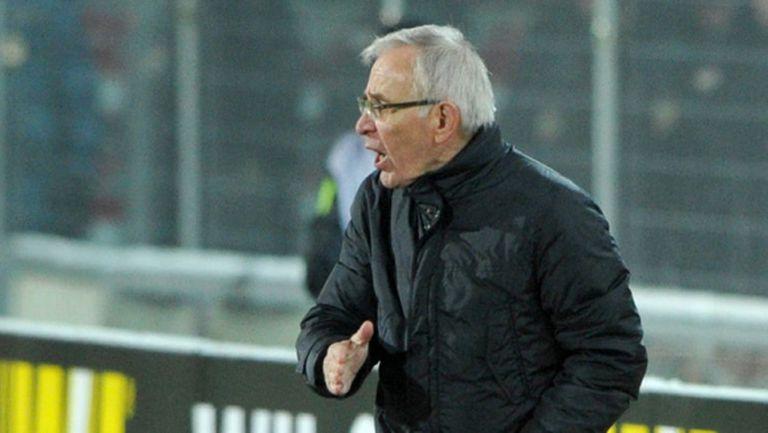 Наставникът на Пеев и Сираков подал оставка, ръководството го задължило да завърши сезона