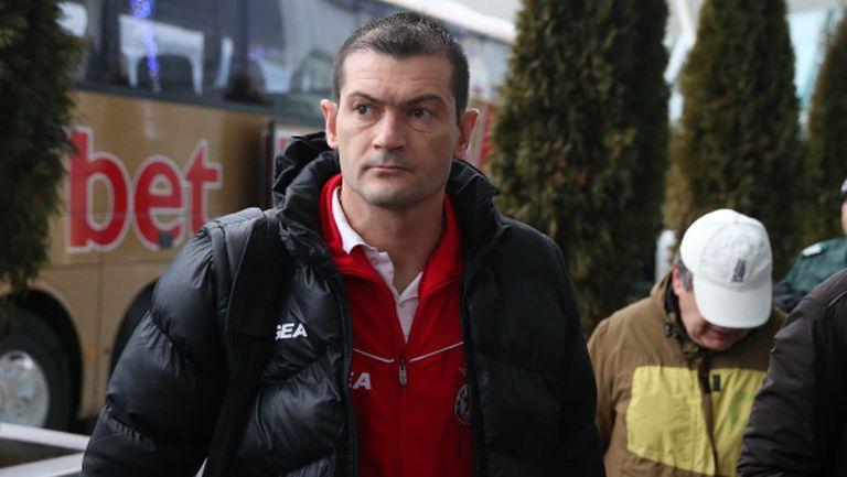 Бивш треньор на ЦСКА се издъни пред мол (видео)
