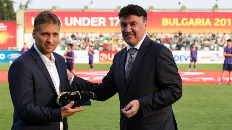 Боби Михайлов награди Стилиян от името на УЕФА (видео)