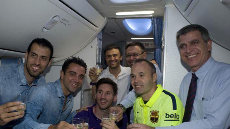 Барса отвори шампанското на 10 000 метра височина, Чави избухна в сълзи (видео)