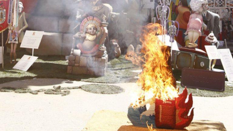 Играчи на Валенсия запалиха кукли преди дуела с българите (снимки)
