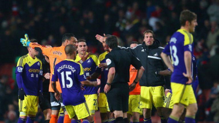Рефер спря голова атака на Суонзи срещу Арсенал в 95-ата минута (видео)
